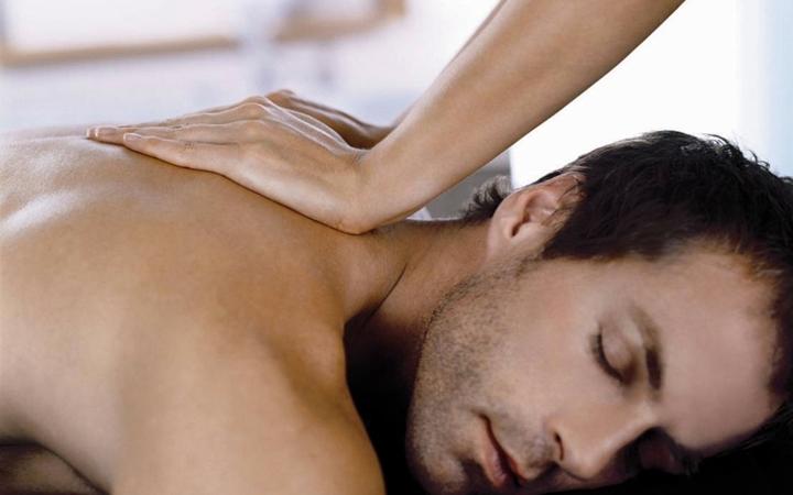 Как делать эротический массаж мужчине гениталий индивидуалка улица подбельского
